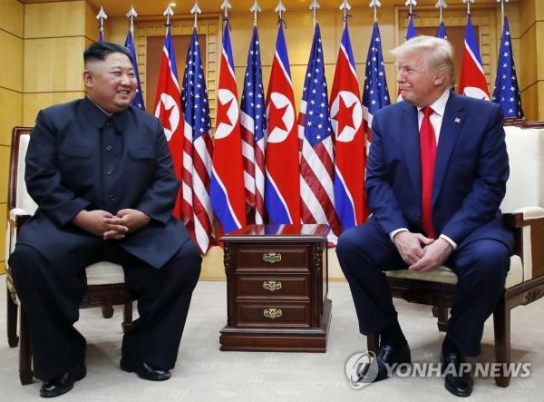 도널드 트럼프 미국 대통령과 북한 김정은 국무위원장이 30일 오후 판문점 자유의 집에서 만나 대화하고 있다. /연합뉴스