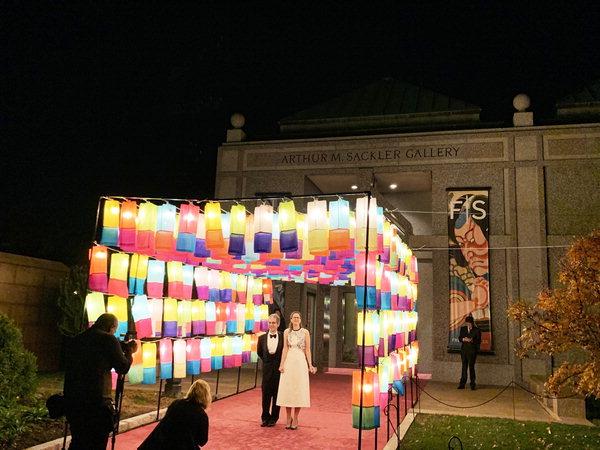 ▲ 지난해 11월 미국 워싱턴 D·C 소재 프리어새클러 미술관에서 한국 주제전이 열린 가운데 행사 참가자들이 '진주실크 소망등'에서 사진을 찍고 있다. /순실크