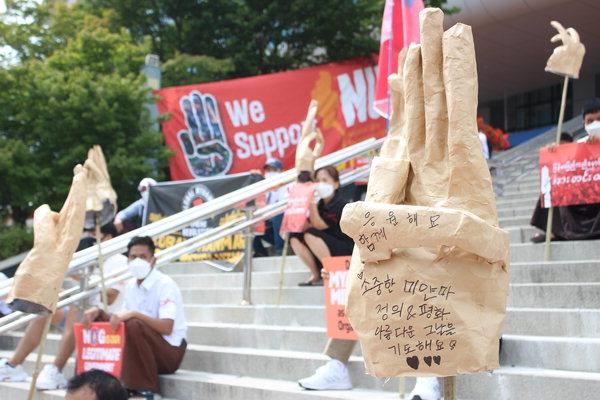 ▲ 12일 창원역 광장에서 열린 일요시위에서 미얀마 교민들이 민주주의를 응원하는 '평화 손' 모형을 들고 있다. /김다솜 기자